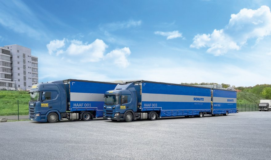 The resource-saving long truck operated by the haulage company transports IBCs from the Schütz factory in Selters to BASF in Ludwigshafen.